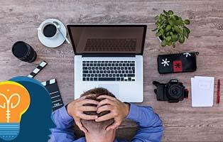 Hombre frustrado delante de un portatil